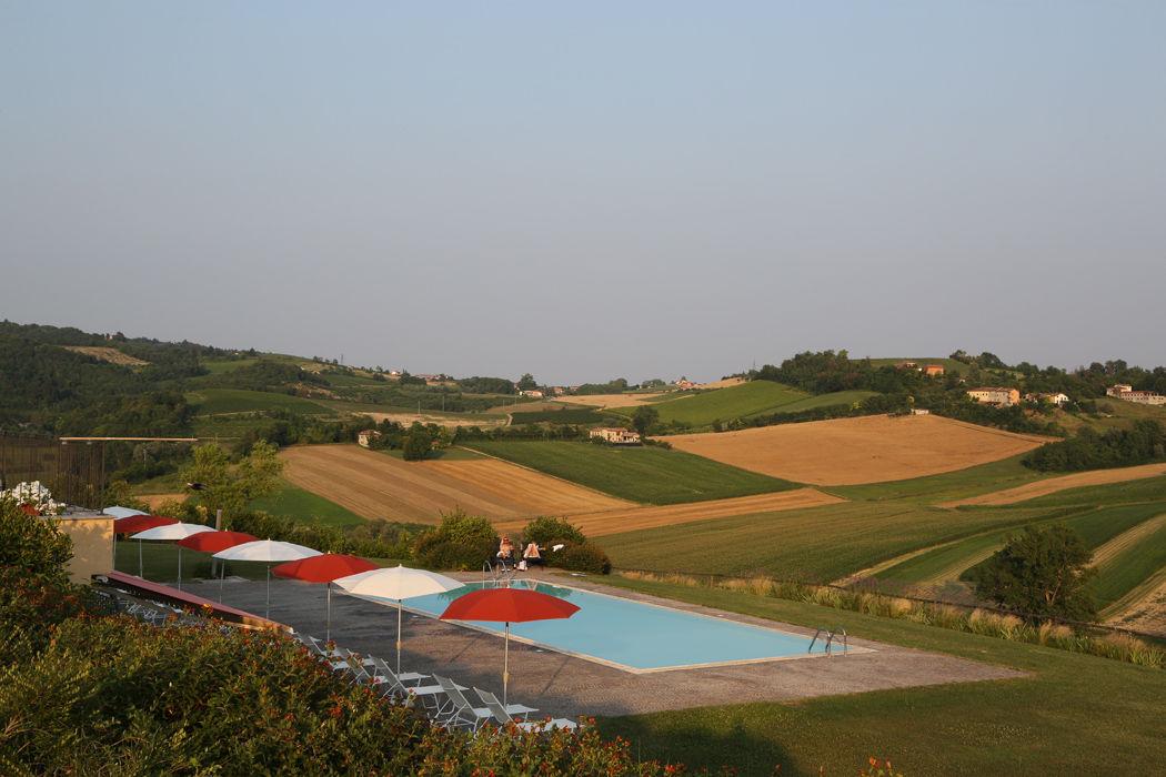 Hotel con piscina in piemonte a moncalvo for Agriturismo asiago con piscina